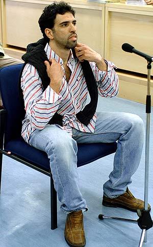 Zougam, testificando en el juicio contra la celula de al Qaeda en España. (Foto: POOL)