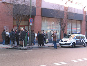 Desalojo de un edificio en la calle López de Hoyos en Madrid. (Foto: Azucena S. Mancebo)