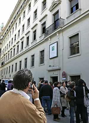 Trabajadores del Servicio Andaluz de Salud, desalojan sus oficinas. (Foto: EFE)