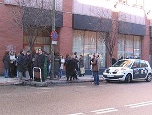 Varios trabajadores de unas oficinas en López de Hoyos 141 esperan en la calle tras el seísmo. (Foto: A. S. Mancebo)