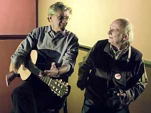 Carlos Saura junto al cantautor brasileño Caetano Veloso. (Foto: EFE)