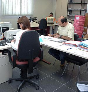 Trabajadores en una oficina. (Foto: M. Álvarez)