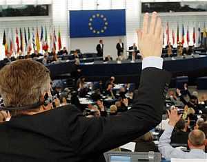 Los miembros del Parlamento Europeo votan el informe. (Foto: AP)
