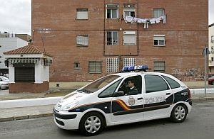 Un coche de la Policía Nacional pasa por el lugar donde fue apuñalada la mujer. (Foto: EFE)