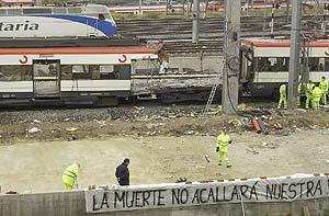 El tren que estalló en la calle Téllez. (Foto: Ricardo Cases)