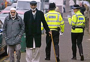 Dos musulmanes pasean en una calle de Birmingham (Londres). (Foto: AFP)