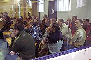 Los acusados, en el habitáculo blindado de la sala. (Foto: EFE)
