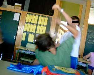 Imagen del vídeo grabado con el móvil por los compañeros del niño agredido en el Colegio Suizo.
