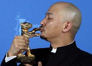 El director chino Wang Quan'an con el Oso de Oro por su película 'Tu Ya Da hun Shi'. (Foto: AFP)