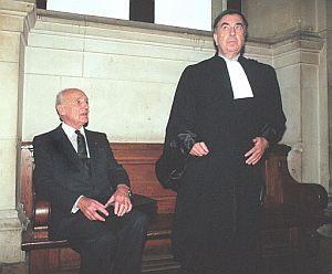 Papon, con su abogado, Jean-Marc Varaut, en un juicio de 1990. (Foto: AFP)