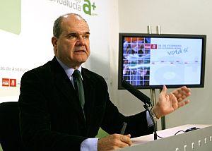 Manuel Chaves, en rueda de prensa tras el referéndum. (Foto: EFE)