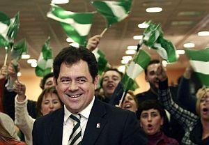 El secretario general del PA, Julián Álvarezcon varios simpatizantes del partido. (Foto: EFE)
