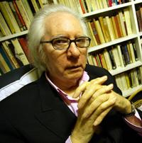 El escritor y articulista, rodeado de libros. (Foto: Kike Para)