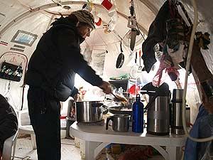 Jordi, sirviendo la comida en un inglú. (Foto: Juan Carlos García)