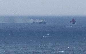 El buque desprende gran cantidad de humo. (Foto: EFE)