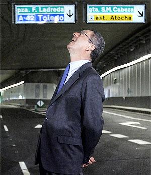 Gallardón observa el túnel durante la inauguración. (Foto: EFE)
