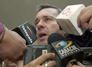 Álvaro Uribe, ante los medios. (Foto: EFE)