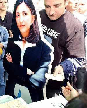 Foto de archivo tomada el 26 de octubre de 2003, en Bogotá, Colombia, en la que el esposo de Ingrid Betancourt se acerca a un puesto de votación para votar simbolicamente en nombre de su mujer. (Foto: EFE)