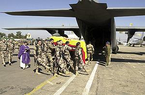 El féretro de la soldado embarca en Herat. (Foto: EFE)