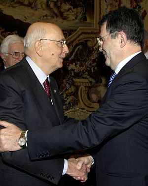 Prodi saluda al presidente Napolitano el día en que presentó su dimisión. (Foto: AFP)