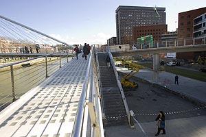 A la izda., el puente de Calatrava; a la derecha, la pasarela de Isozaki. (Foto: Iñaki Andrés)