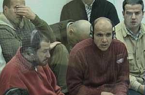 Algunos de los procesados escuchan el interrogatorio. (Foto: LaOtra)