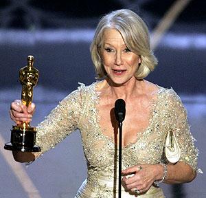 Helen Mirren con su estatuilla a la mejor actriz. (Foto: AP) [Ver vídeo]
