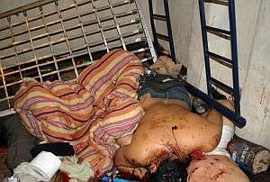 Los cuerpos de los policías asesinados. (Foto: AFP)