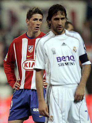 Fernando Torres y Raúl González durante el derbi madrileño del pasado sábado. (Foto: REUTERS)