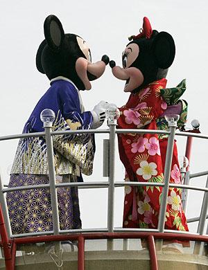 Mickey y Minnie, vestidos con quimonos en el parque de Tokio. (Foto: REUTERS)