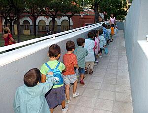 Varios niños en fila a la entrada a su aula en un colegio madrileño. (Foto: EFE)