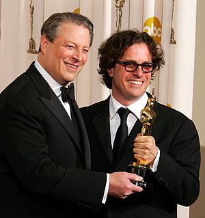 Al Gore junto a David Guggenheim tras ganar el oscar al mejor documental. (Foto: AFP)