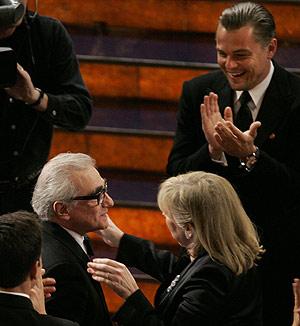 Scorsese recibe las felicitaciones de su esposa y los aplausos de DiCaprio tras ganar el Oscar al mejor director el pasado domingo. (Foto: AP)
