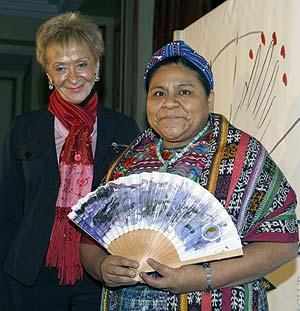 Rigoberta Menchú junto a la vicepresidenta primera del Gobierno. (Foto: EFE)
