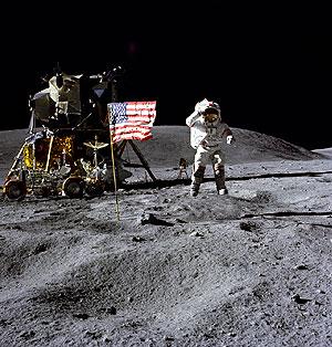 El astronauta John W. Young, comandante del Apolo 16, camina sobre la Luna en 1972. (Foto: NASA)
