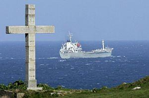 El barco, al partir de las costas de Lugo. (Foto: EFE)