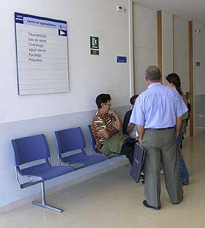 Varios pacientes esperan la consulta en un centro de salud. (Foto: Ical)