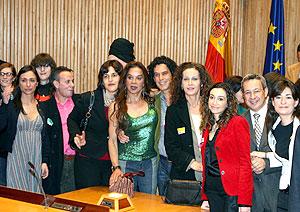 El secretario de Movimientos Sociales del PSOE, Pedro Zerolo (c) y las diputadas de IU Isaura Navarro (3 dcha) y del PSOE Carmen Monzón (dcha), junto a varios invitados. (Foto: EFE)