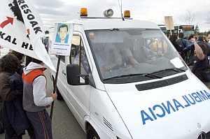 Simpatizantes del preso etarra José Ignacio de Juana Chaos se acercan a la ambulacia que le trasladaba al hospital Donostia de San Sebastián. (Foto: EFE)