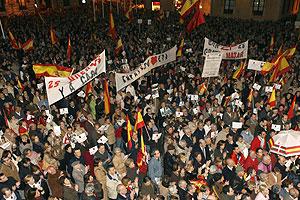 Vista de la concentración en la plaza de la Villa de Madrid. (Foto: EFE)