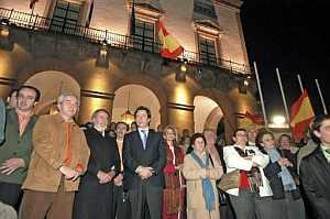 El portavoz del Grupo Popular en el Parlamento Europeo, Jaime Mayor Oreja y el presidente del PP de Extremadura, Carlos Floriano, durante la manifestación en la Plaza Mayor de Cáceres. (Foto: EFE)