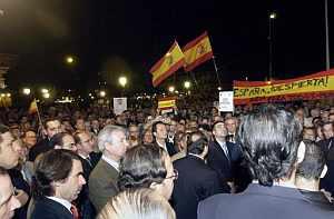 José María Aznar, acompañado por el presidente del ejecutivo regional, Ramón Luis Valcárcel, durante la concentración celebada en Murcia. (Foto:EFE)