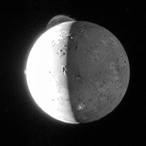 En la parte superior de la imagen se observa la erupción del volcán 'Tvashtar'. (Foto: NASA)