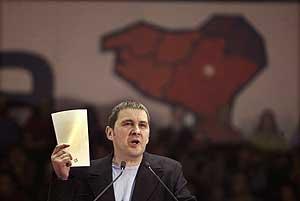 Otegi, en el pabellón Anaitasuna de Pamplona, durante su mitin. (Foto: REUTERS)