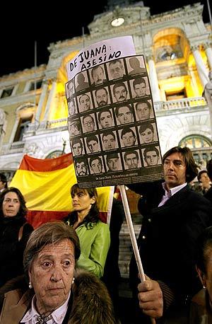 Varias personas protestan en Bilbao por el 'caso De Juana'. (Foto: EFE)
