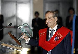 El periodista recibe el premio del colegio Los Robles, en Oviedo. (Foto: EFE)