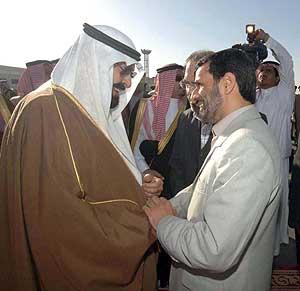 El presidente iraní saluda al rey saudí en su visita a Riad. (Foto: EFE)