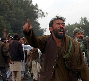 Un hombre afgano llora en medio del caos provocado por los ataques. (Foto: AP)