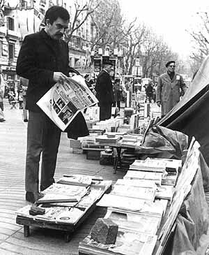 García Márquez hojea un periódico en Las Ramblas de Barcelona en 1970. (Foto: EFE)