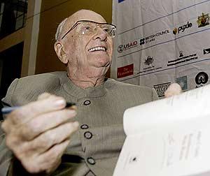 El autor, firmando ejemplares de su último libro. (Foto: Reuters)
